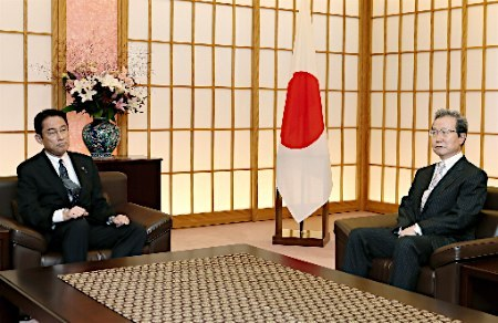 سفير جمهوری خلق چين در ژاپن و  فومیئو کيشيدا وزير امور خارجه ژاپن