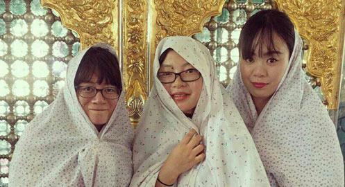 توریستهای ژاپنی در امامزادهای در کاشان