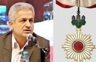 رایزن اسبق ایران در ژاپن دکتر رضا یوسفی نشان امپراطوری دریافت میکند
